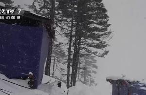 西藏边防部队无惧大雪封山 陆航直升机空运冰柜、腊肉