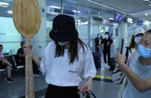金晨最新机场照,粉丝送她一米高大勺,这波操作真是没谁了
