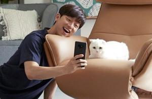 孔刘广告拍摄时狂撸小猫咪,好可爱