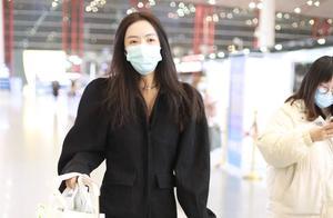 蔡文静穿黑色长款大衣搭配黑色靴子现身机场,一袭黑色气场十足
