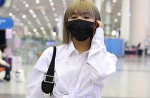 安崎穿搭白衬衫搭配短裤现身机场,真是冬日罕见穿搭