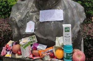 新时代迷信,高考之前考生给鲁迅雕像前献牛奶