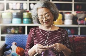 儿子每天给82岁母亲留作业:不要低估任何一个人的持之以恒