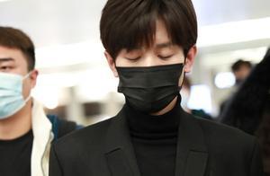 成毅身穿黑色长款大衣现身机场,黑色高领内搭很有儒雅气质