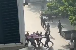 山东救跳楼者被砸伤男子仍昏迷,在ICU抢救超24小时