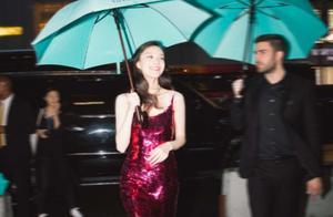倪妮真的好会撩,一袭吊带红裙勾出美人骨,雨夜中长发飘扬真妩媚