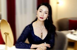 47岁陶虹真是优雅女神,穿深蓝色晚礼服出席活动,长卷发好有气质