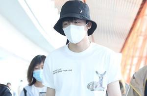 刘宇宁走红后转战娱乐圈,低调现身机场,穿搭很简约