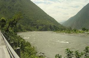 三人自驾游九寨沟,返程途中车辆坠入岷江,目前仍在搜寻