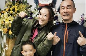 陈小春陪儿子骑车,庆祝和应采儿结婚10年,网友:小小春太可爱