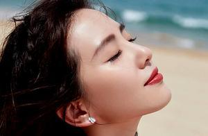 """侧颜绝杀!刘诗诗""""光脚""""拍海边大片,红裙漫步尽显低调优雅之美"""