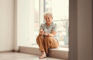 """老人冒雨现金交医保被拒,被""""现代社会""""抛弃的老人,如何生存?"""