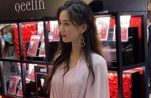 刘诗诗三亚出席活动,穿粉裙烫卷发太温柔,生图自带仙女滤镜