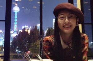 唐嫣庆结婚两周年,罗晋视角下一脸甜笑,桌上铺满玫瑰花瓣好浪漫