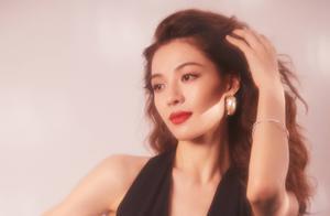 钟楚曦复古耳圈超时尚,性感深v礼服格外抢眼,身材姣好的她真美
