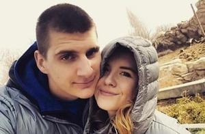 约基奇和女友历经9年爱情长跑后,终于步入婚姻殿堂!他曾在NBA停摆期感染新冠,并与德约科维奇亲密接触