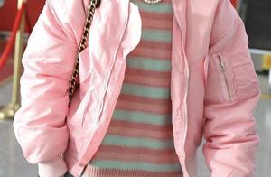 李斯丹妮穿粉色飞行服现身机场,头戴黑色棒球帽帅气十足