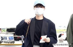 李宇春的造型真霸气,黑色西服搭灰色阔腿裤,中性风干练十足