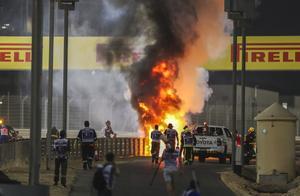 惊险一刻!F1巴林站格罗斯让撞车车身瞬间起火,比赛中断