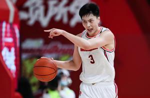 超级高水平!胡明轩28分+暴扣,王哲林转会费高达2亿?