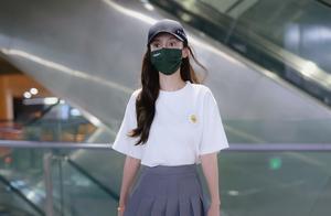 杨颖现身机场,穿搭白色短袖搭百褶裙,清纯美少女呀