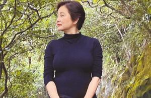 林青霞人虽老但气质还在,一身休闲装登山,生图下更显高级感