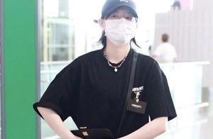 李斯丹妮最新机场秀出炉,一身黑衣帅到不行,比男生还要酷