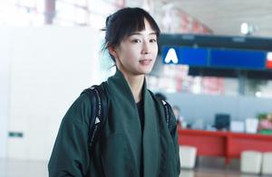 37岁张钧甯换发型,齐刘海配丸子头风格甜美,一身肥大黑裙更减龄