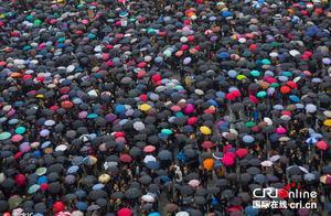 波兰妇女举行全国大罢工 抗议堕胎禁令