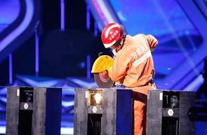 央视《挑战不可能》:灯泡上面切钢丝 手下绝技无双