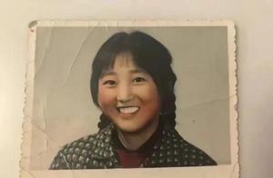 李焕英照片曝光高鼻梁大眼睛梨涡浅笑,跟贾玲旧照八分相似!