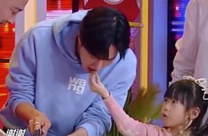 小迷妹喂王一博吃糖引热议,网友:好希望自己是那个幸运的小女孩