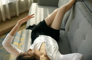 倪妮穿白衫黑裙显淡雅素净,唐艺昕摩登名伶造型率性又时尚