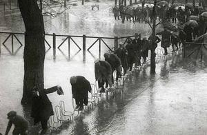 1910年暴雨之后,塞纳河水泛滥,巴黎城内的众生相