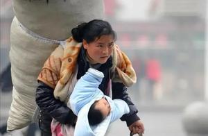 带娃回家的春运妈妈和代孕弃养的明星,谁才是真正乘风破浪的姐姐