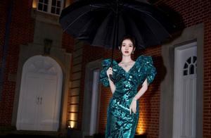 """鞠婧祎这腰是真的""""绝"""",一袭绿裙优雅高贵,难怪能上热搜"""