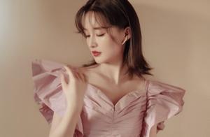 李沁太会穿了,香芋紫蝴蝶袖上衣配荷叶边皮裙,娘man风谁不爱