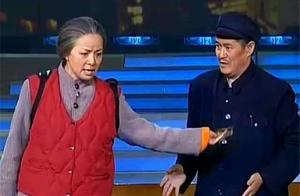 赵本山表演节目遭女粉丝强抱,吓得本山大叔一把拽下她的假发套