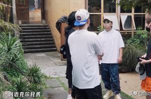 邓超黄渤参加横店模仿大赛,鹿晗激动说漏嘴,有无剧本一目了然