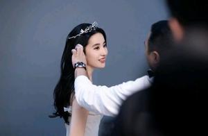 刘亦菲戴着皇冠穿白纱,太漂亮了吧