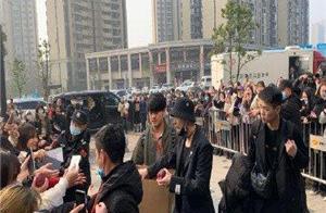 张艺兴在《舞蹈风暴》综艺节目的录制场给粉丝送苹果