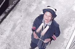 """奶奶对着摄像头给部队里的孙子""""留言"""":就是想让你看看我"""