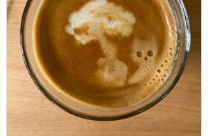 25张随便倒比用心美的拉花,素描都比不上撒在桌上的咖啡