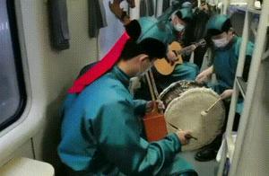 赞!火车上演出的三个小伙在赤峰获奖:组委会破例允许参赛