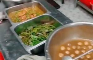 武汉一所学校学生吃不饱要求加餐,食堂藏起热菜给他们咸菜吃,引起网友热议