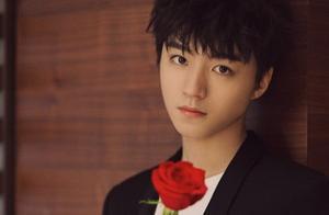 王俊凯穿黑色西装,被摄影师拍下拿花那一秒,网友:我可以