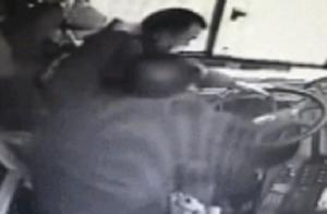 男子坐公交车因坐过站,开驾驶室小门殴打司机,警方:已刑拘