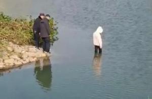 女孩跳河溺水,现场警察是否有责,您怎么看?