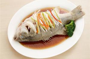 """做清蒸鱼,很多人加错""""水""""蒸出的鱼不鲜嫩、还很腥!"""
