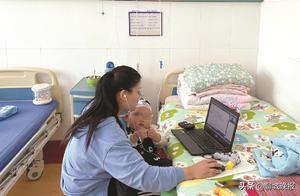 聊城女教师抱着生病的孩子给学生上网课